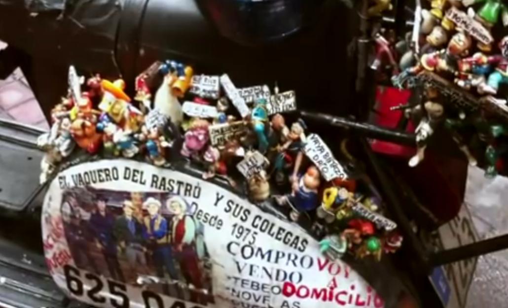 la moto del vaquero de El Rastro llena de muñecos