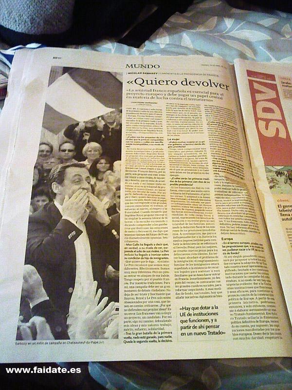 sarkozy vomita en foto de periódico