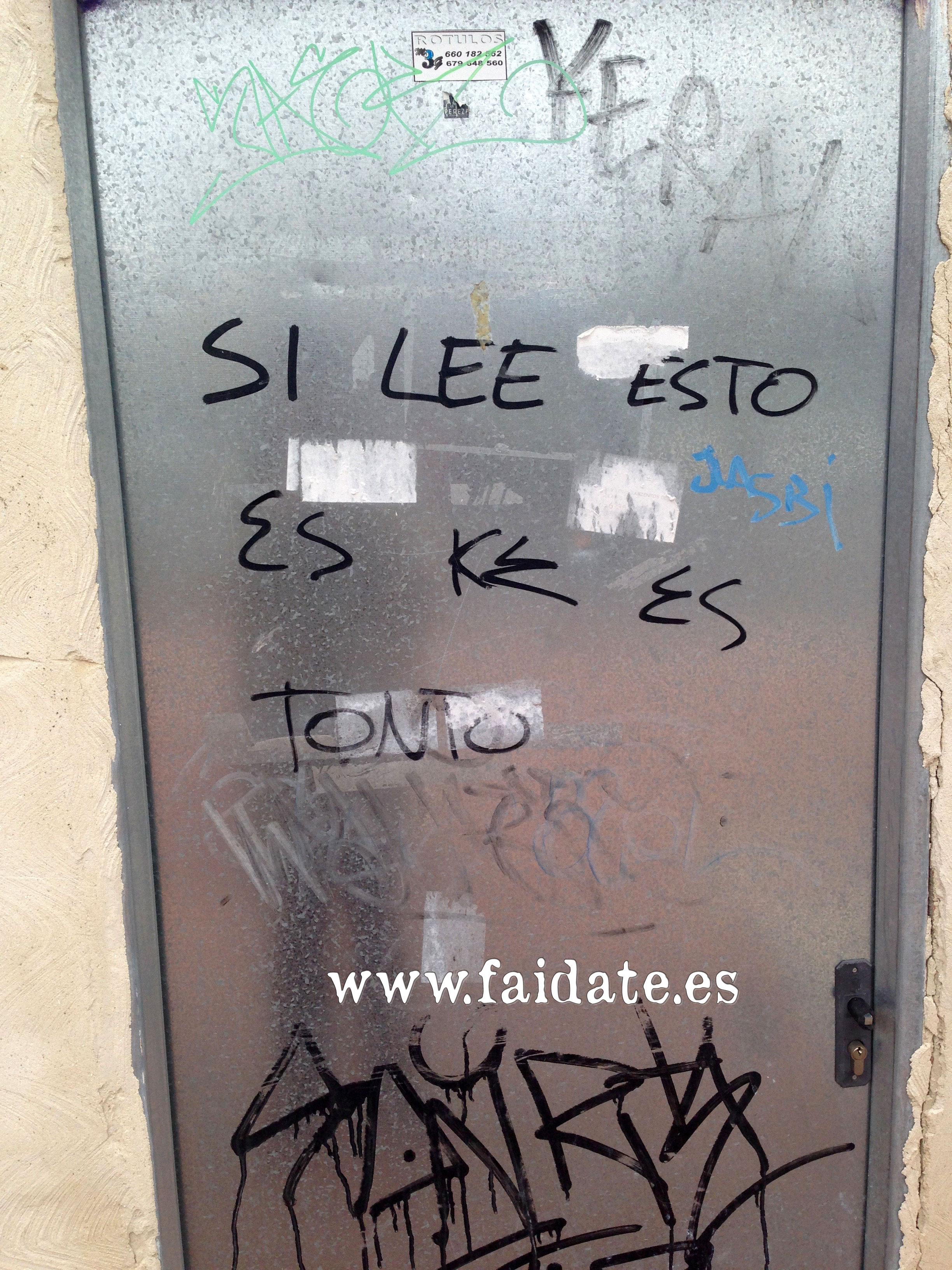 """grafiti (pintada en una fachada de casa) que pone """"tonto el que lo lea"""" de usted, sin tutear, """"si lee ésto es que es tonto"""""""