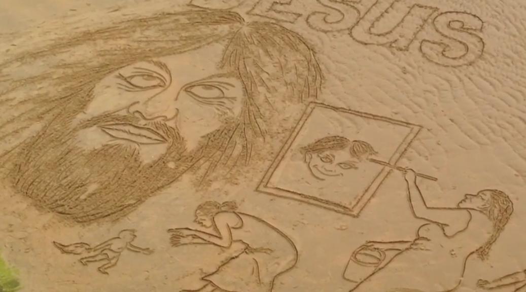 artista dibujando sobre la arena de la playa La Concha de Donostia - San Sebastián