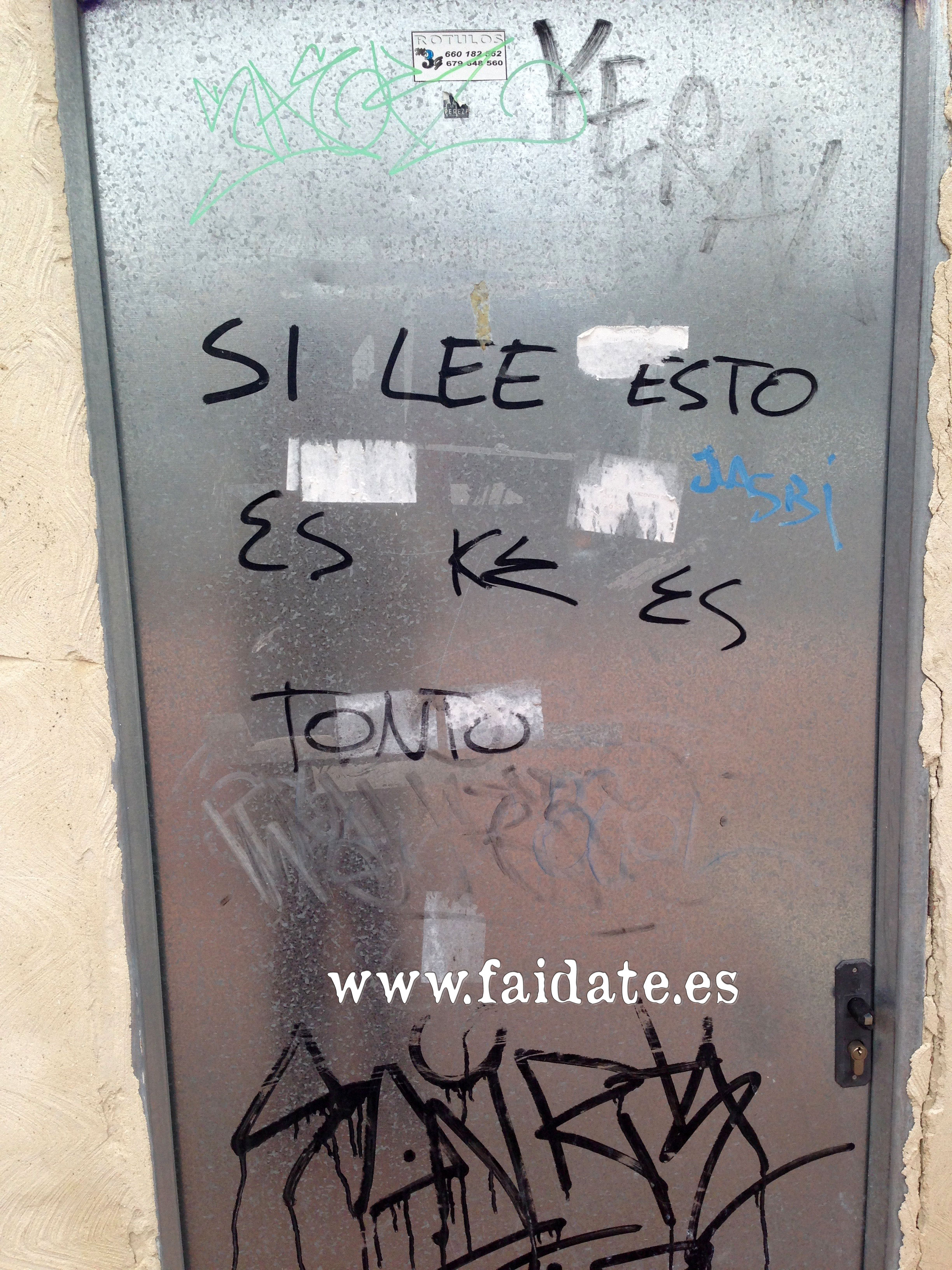 """grafiti (pintada en una fachada de casa) que pone """"tonto el que lo lea"""" de usted y no te tú, sin tutear, """"si lee ésto es que es tonto"""""""